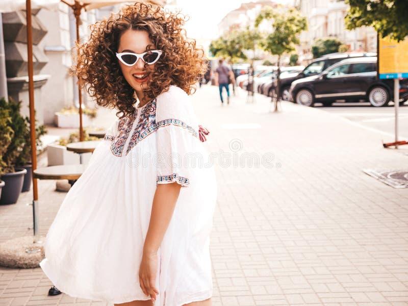Mooi meisje met het kapsel van afrokrullen het stellen in de straat stock afbeeldingen