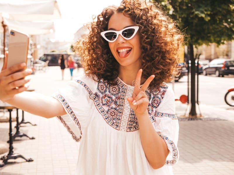 Mooi meisje met het kapsel van afrokrullen het stellen in de straat royalty-vrije stock fotografie