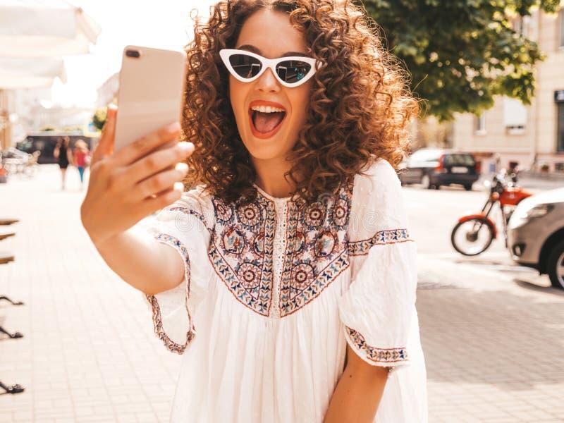 Mooi meisje met het kapsel van afrokrullen het stellen in de straat royalty-vrije stock foto's