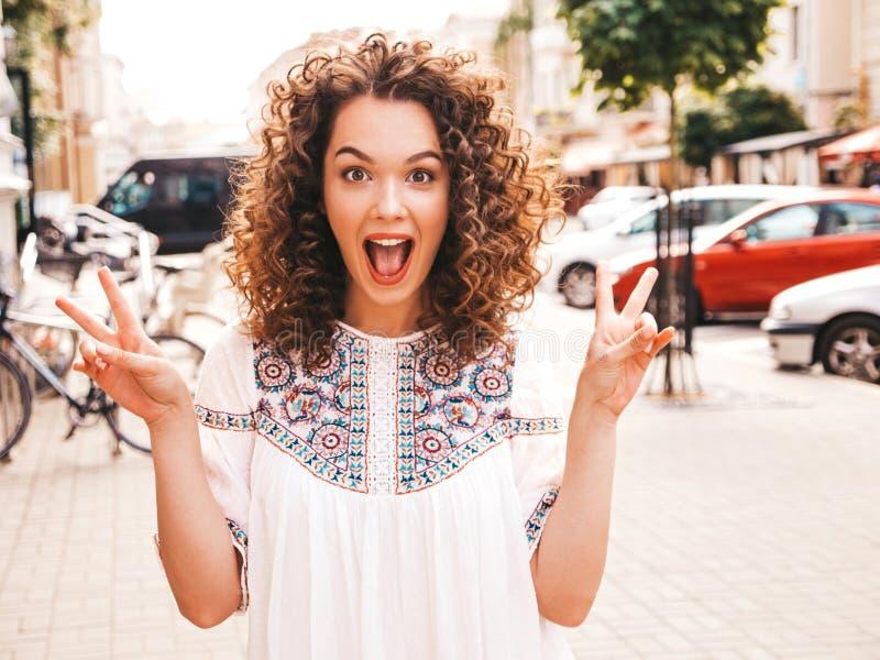 Mooi meisje met het kapsel van afrokrullen het stellen in de straat royalty-vrije stock foto