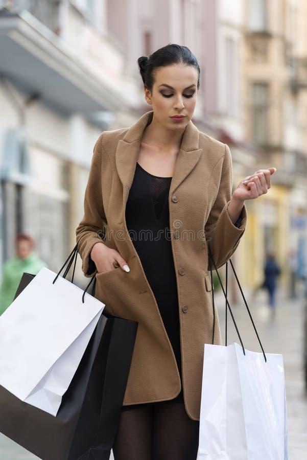 Mooi meisje met het winkelen zak royalty-vrije stock foto's