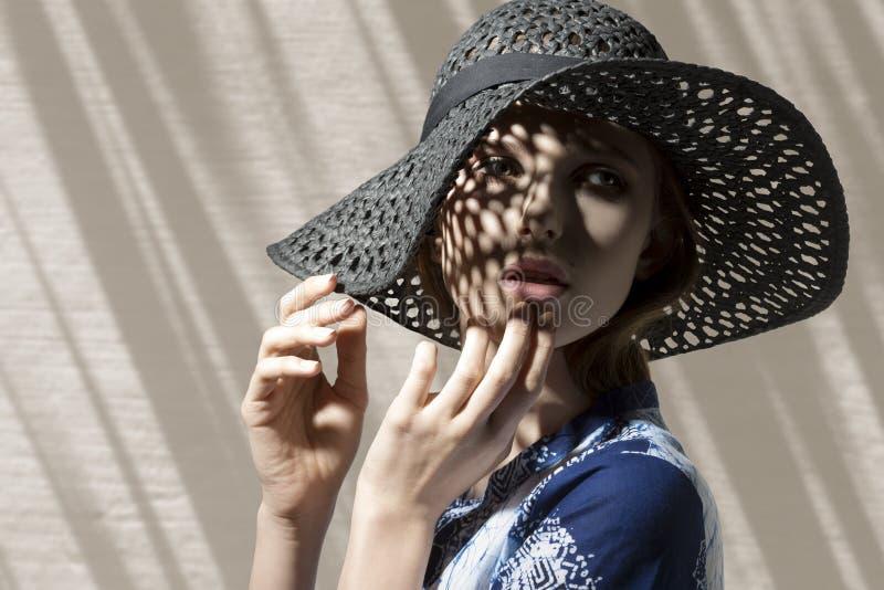 Mooi meisje met hoed royalty-vrije stock afbeeldingen