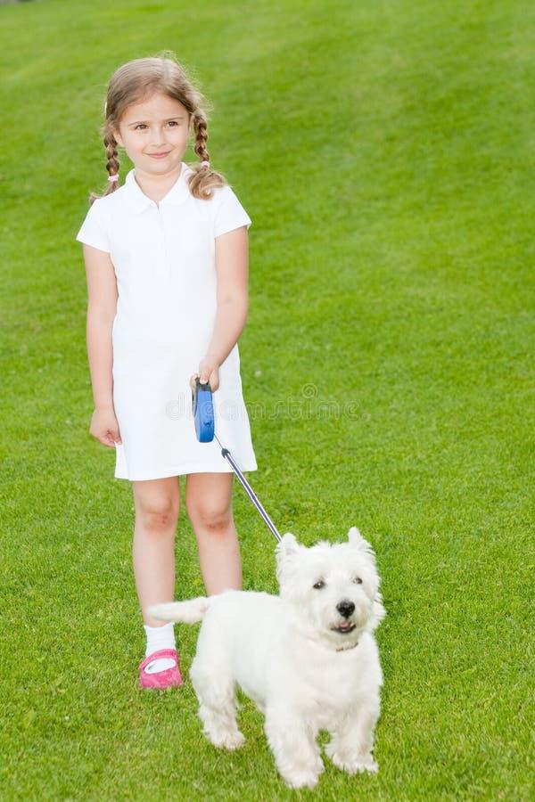 Mooi meisje met hond stock fotografie