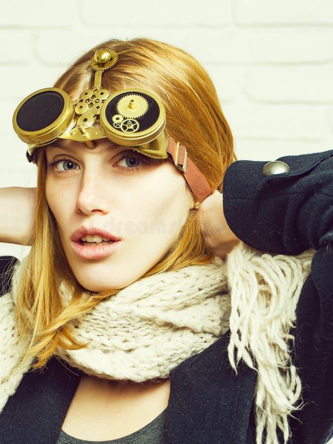 Mooi meisje met horlogetoestellen stock fotografie