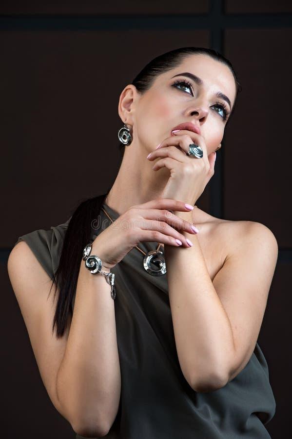 Mooi meisje met juwelen Een reeks van juwelen voor vrouw, neckla royalty-vrije stock afbeeldingen