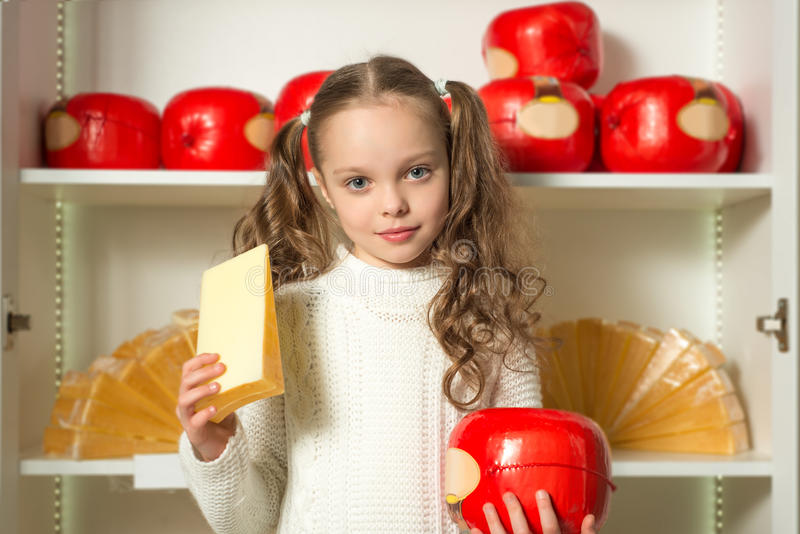 Mooi meisje met kaas in de handenvoorzijde van planken stock afbeeldingen