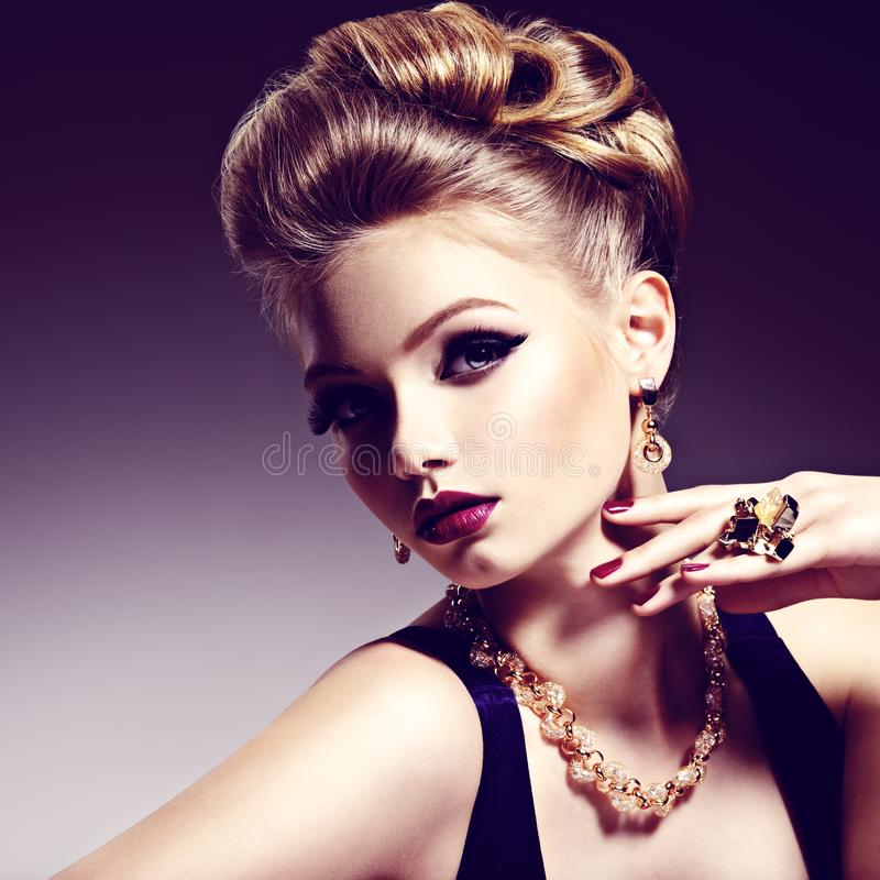 Mooi meisje met mooi kapsel en gouden juwelen, helder m stock afbeeldingen