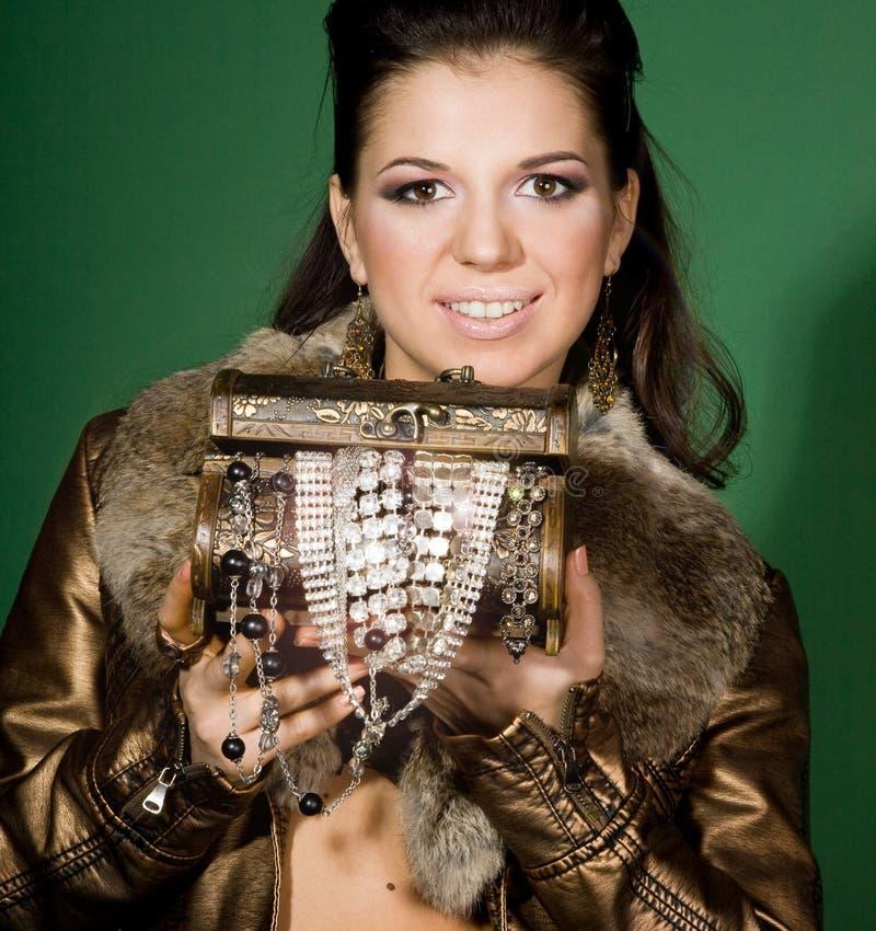 Mooi meisje met kleine doos royalty-vrije stock afbeelding