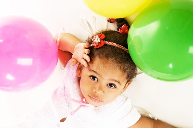 Mooi meisje met kleurrijke ballons stock afbeeldingen