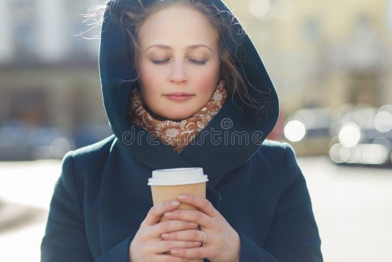 Mooi meisje met koffieclose-up stock foto