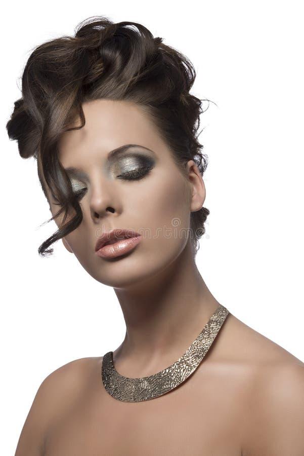 Mooi meisje met krullend kapsel stock afbeeldingen