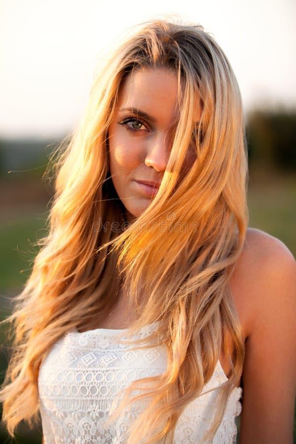 Mooi meisje met lang blond haar royalty-vrije stock foto's