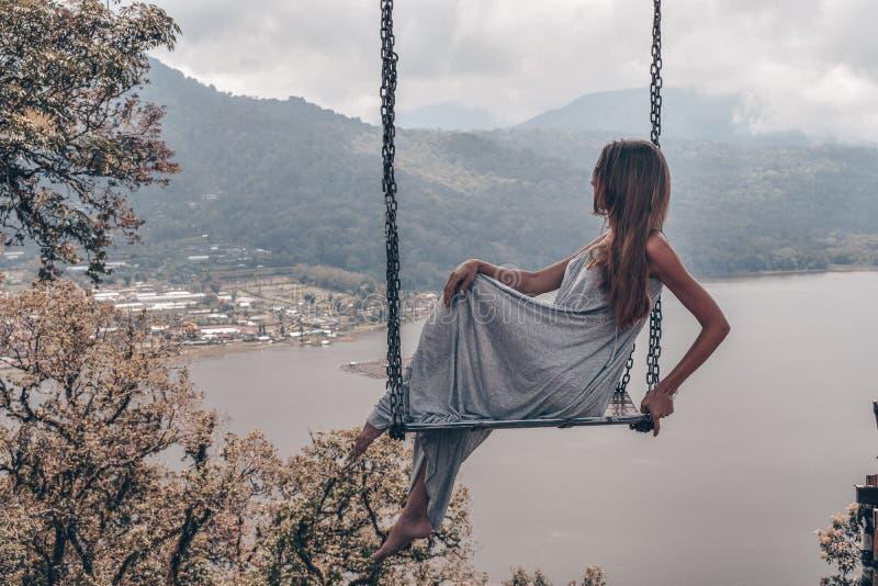 Mooi meisje met lang donker haar in het elegante grijze kleding stellen stock afbeeldingen
