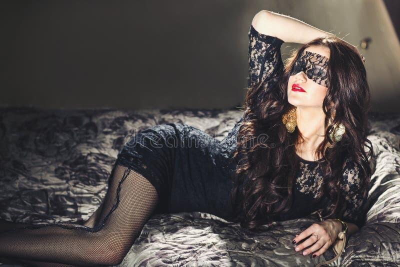 Mooi meisje met lang haar in blinddoek royalty-vrije stock afbeeldingen