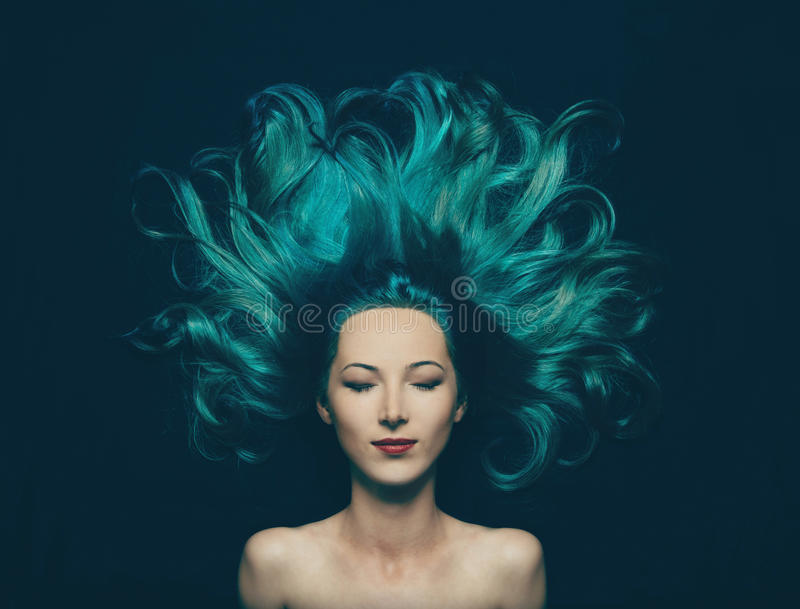 Mooi meisje met lang haar van turkooise kleur royalty-vrije stock foto's