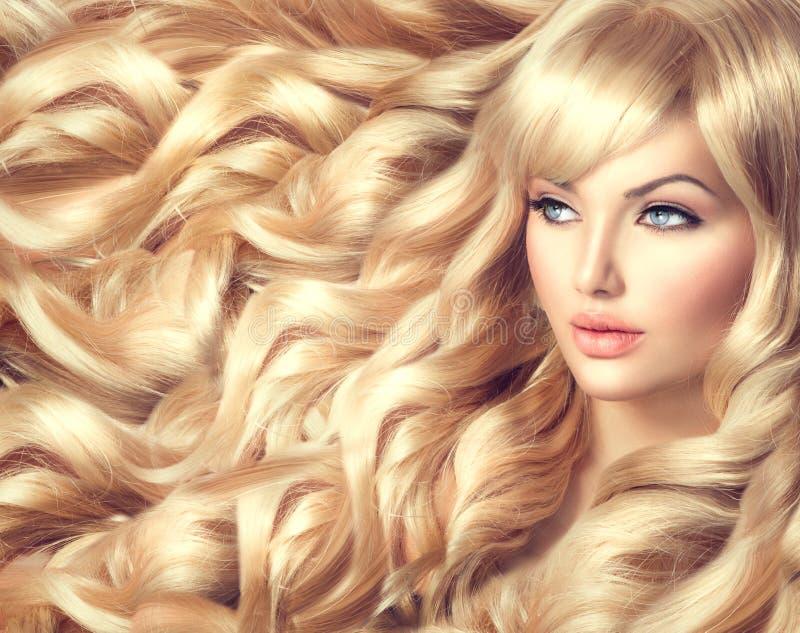 Mooi meisje met lang krullend blond haar stock foto's