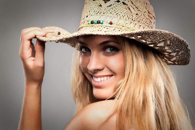 Mooi meisje met lange blonde haar en hut royalty-vrije stock fotografie