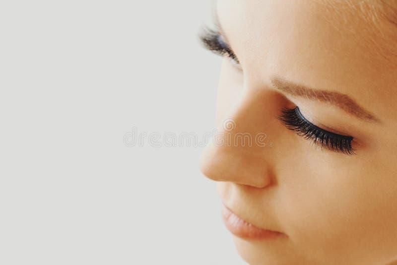 Mooi meisje met lange valse wimpers en perfecte huid Wimperuitbreidingen, de kosmetiek, schoonheid en huidzorg stock fotografie