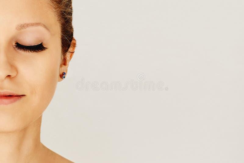 Mooi meisje met lange valse wimpers en perfecte huid Wimperuitbreidingen, de kosmetiek, schoonheid en huidzorg stock afbeeldingen