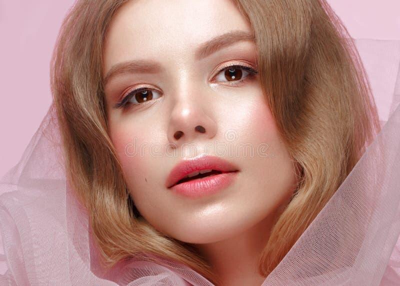 Mooi meisje met lichte samenstelling in roze kleren Het Gezicht van de schoonheid Ontwerpspijkers royalty-vrije stock afbeelding