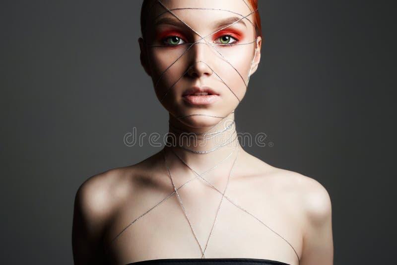Mooi Meisje met make-up en zilveren draad stock foto's