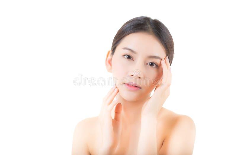 Mooi meisje met make-up, vrouwen en huidzorgconcept/het aantrekkelijke het meisje van Azië smilling op geïsoleerd gezicht stock fotografie