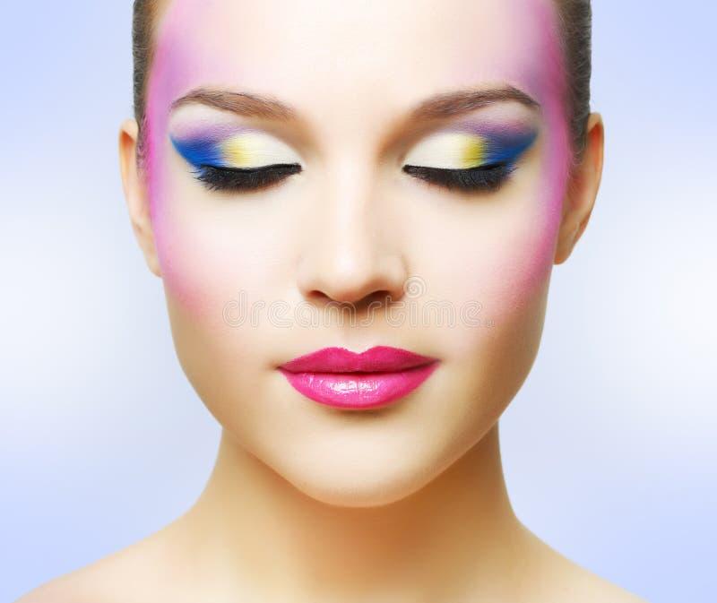 Mooi meisje met manier heldere make-up stock fotografie