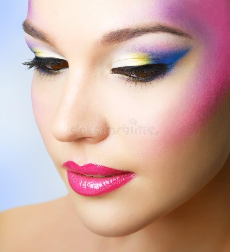 Mooi meisje met manier heldere make-up stock foto