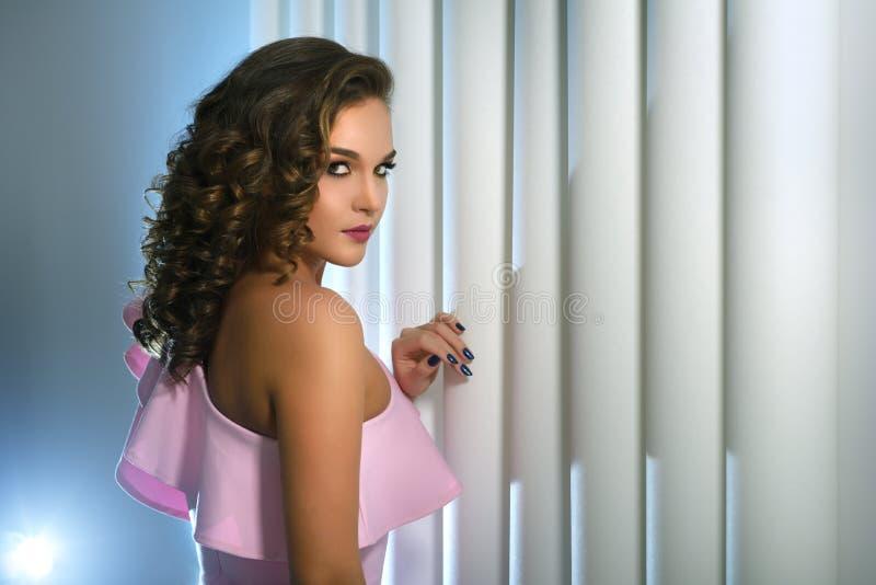 Mooi meisje met manier heldere make-up stock foto's