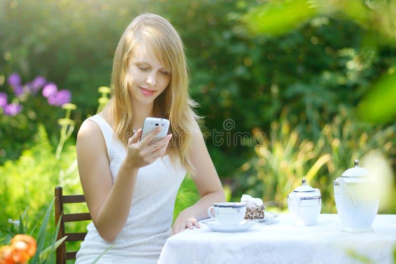Mooi meisje met mobiele telefoon stock foto