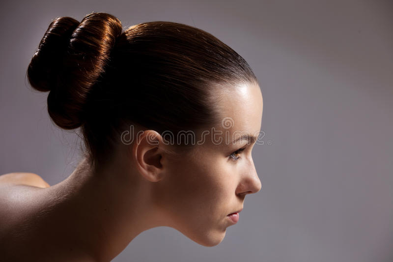 Mooi meisje met modieus kapsel stock afbeeldingen