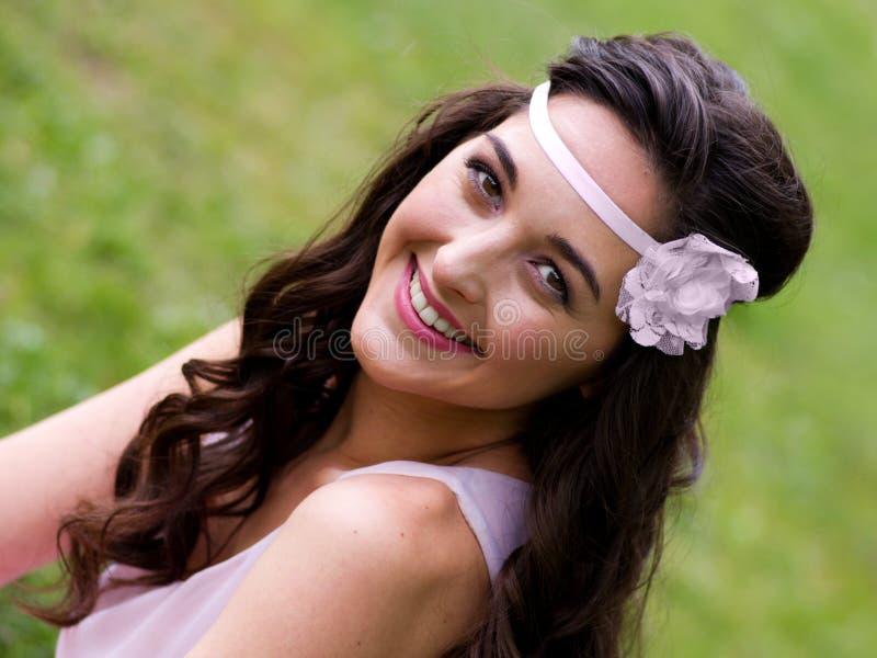 Mooi meisje met mooie glimlach royalty-vrije stock fotografie