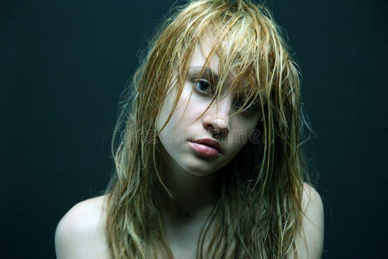 Mooi meisje met natte haren. stock afbeelding