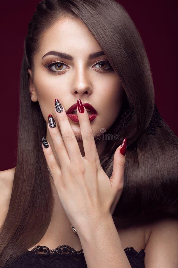 Mooi meisje met ongebruikelijk kapsel, heldere make-up stock foto's