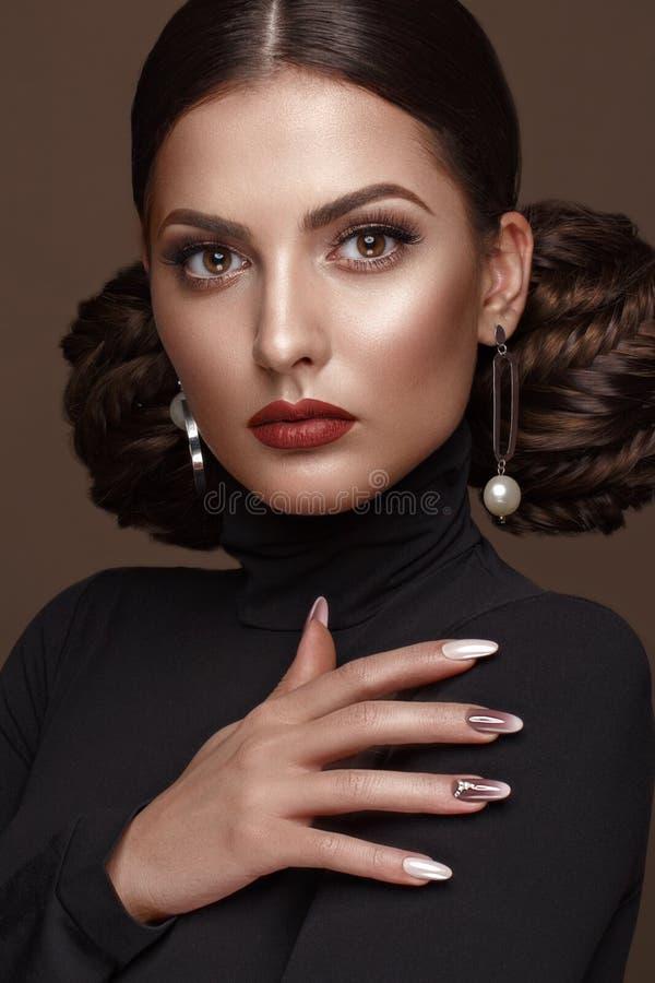 Mooi meisje met ongebruikelijk kapsel, heldere make-up, rode lippen en manicureontwerp Het Gezicht van de schoonheid Kunstspijker royalty-vrije stock fotografie