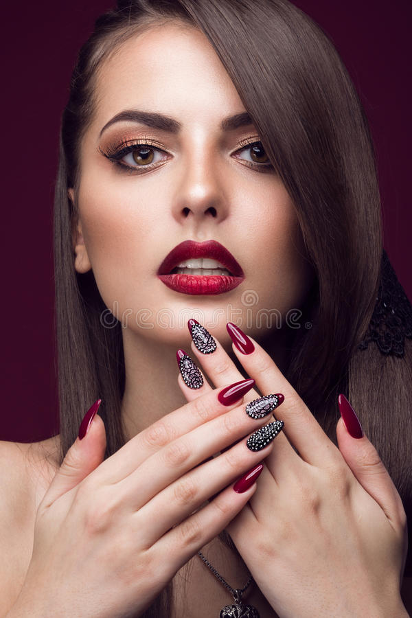Mooi meisje met ongebruikelijk kapsel, heldere make-up, rode lippen en manicureontwerp Het Gezicht van de schoonheid Kunstspijker royalty-vrije stock afbeeldingen