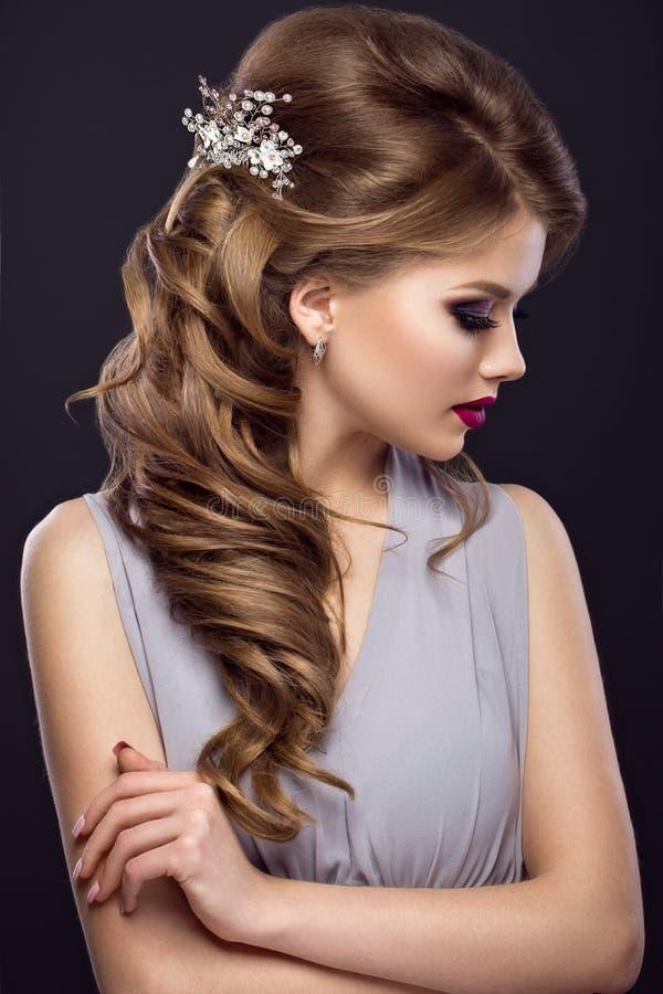 Mooi meisje met perfecte huid, die samenstelling, huwelijkskapsel en toebehoren gelijk maken Het Gezicht van de schoonheid royalty-vrije stock foto's