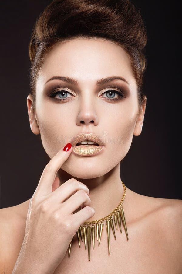 Mooi meisje met perfecte huid en avondmake-up royalty-vrije stock afbeelding