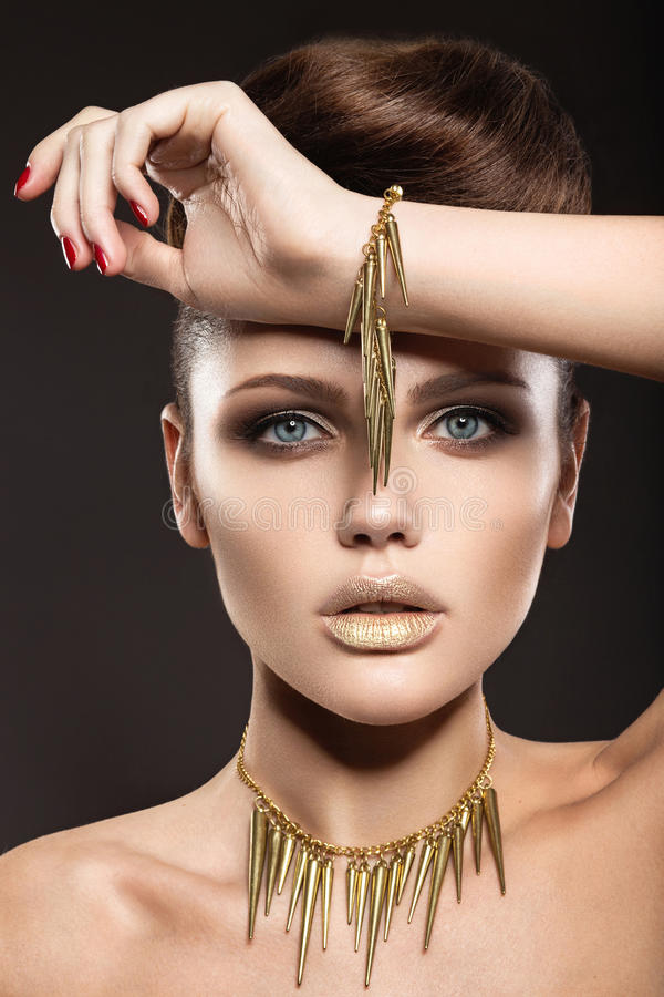 Mooi meisje met perfecte huid en avondmakeu stock fotografie