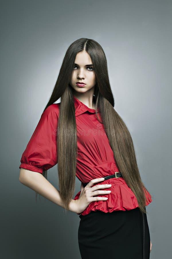 Mooi meisje met perfecte huid en lang haar royalty-vrije stock afbeeldingen