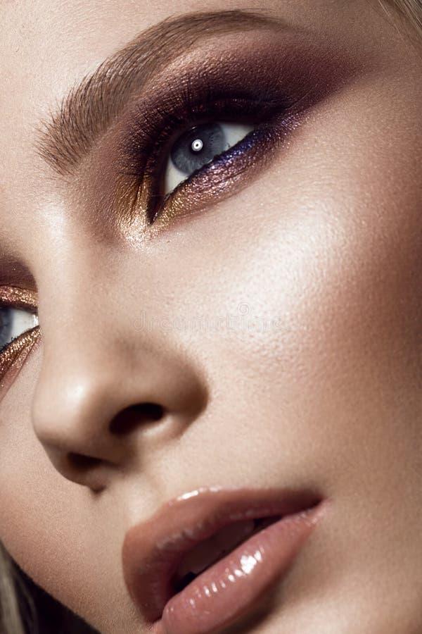 Mooi meisje met perfecte huid, kleurrijke samenstelling, die kapsel gelijk maken Het Gezicht van de schoonheid stock afbeelding