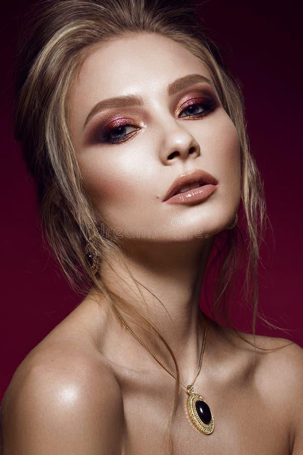 Mooi meisje met perfecte huid, kleurrijke samenstelling, die kapsel gelijk maken Het Gezicht van de schoonheid royalty-vrije stock afbeeldingen