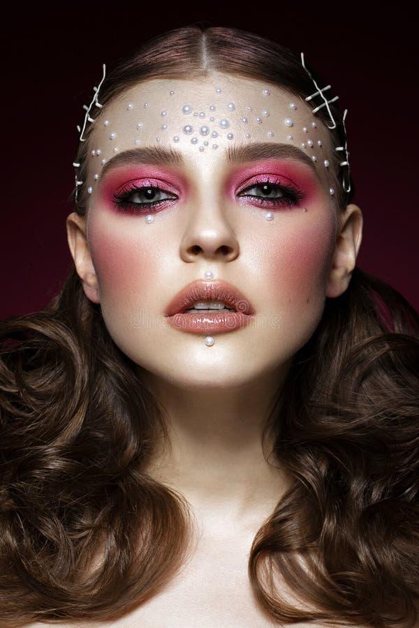 Mooi meisje met perfecte van de kunstmake-up en parel parels Het Gezicht van de schoonheid royalty-vrije stock fotografie