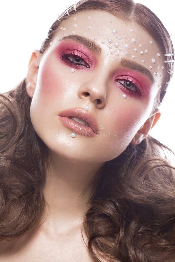 Mooi meisje met perfecte van de kunstmake-up en parel parels Het Gezicht van de schoonheid royalty-vrije stock foto's
