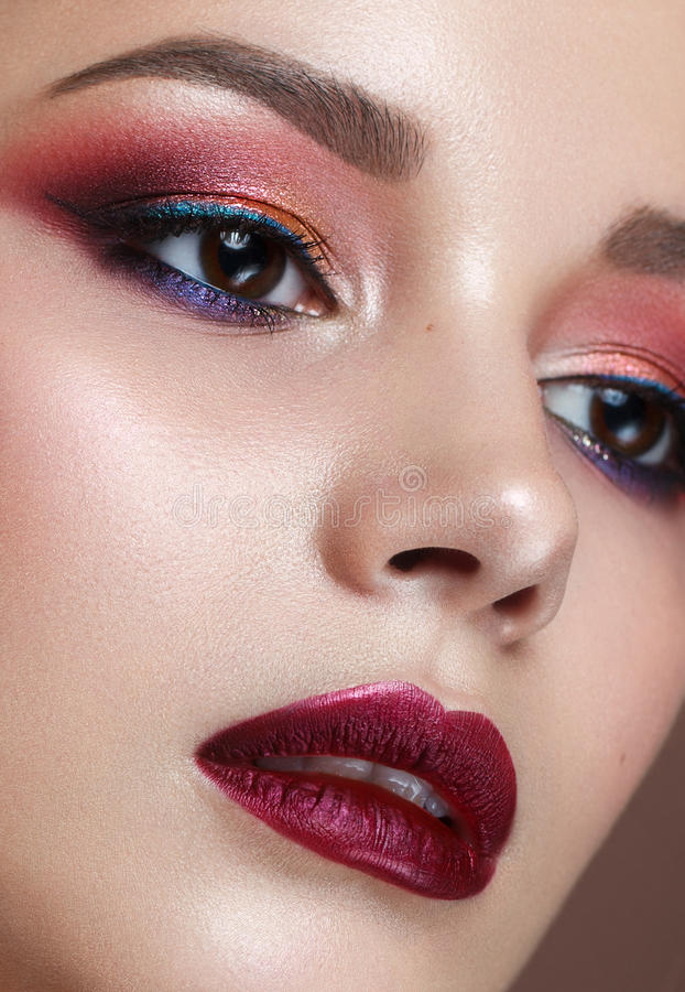 Mooi meisje met professionele kleurrijke make-up stock foto