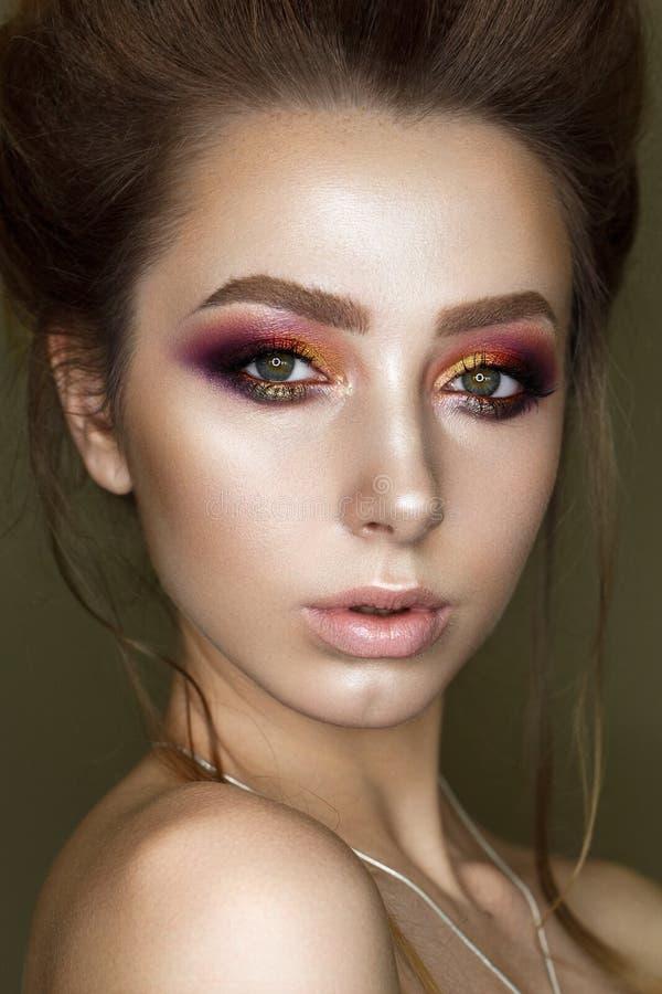 Mooi meisje met professionele kleurrijke make-up stock afbeelding