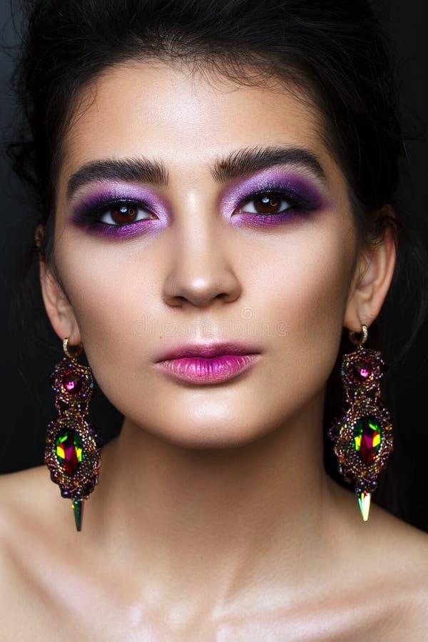 Mooi meisje met professionele lilac make-up stock fotografie