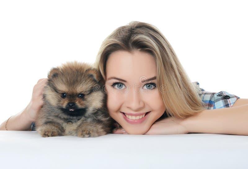 Mooi meisje met puppyspitz stock foto's