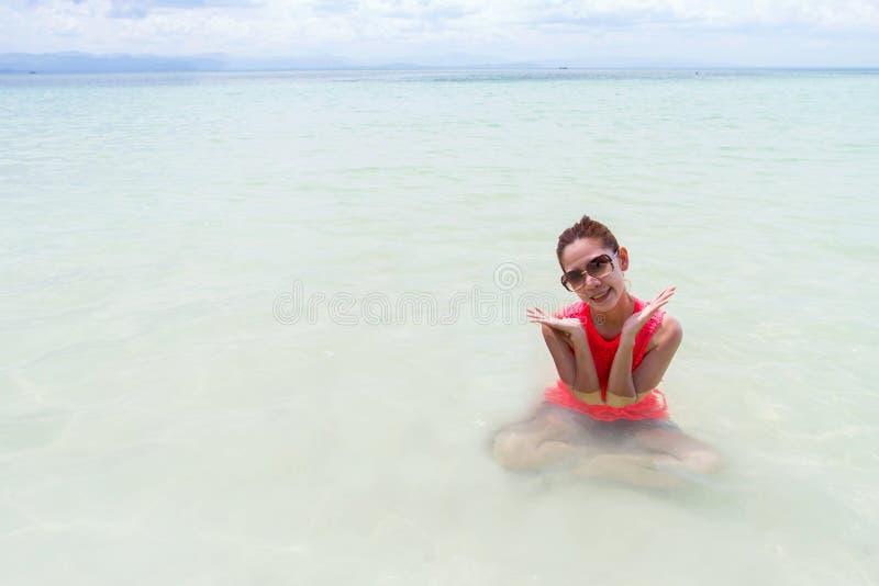 Mooi Meisje met Reis en Vakantie op Strand het genieten van stock foto's
