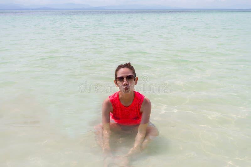 Mooi Meisje met Reis en Vakantie op Strand het genieten van royalty-vrije stock foto's